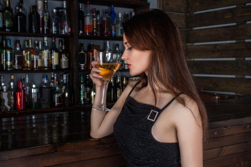 バーこそ【一人飲み】を楽しむのにピッタリな場所!(女性一人で行く場合は注意)