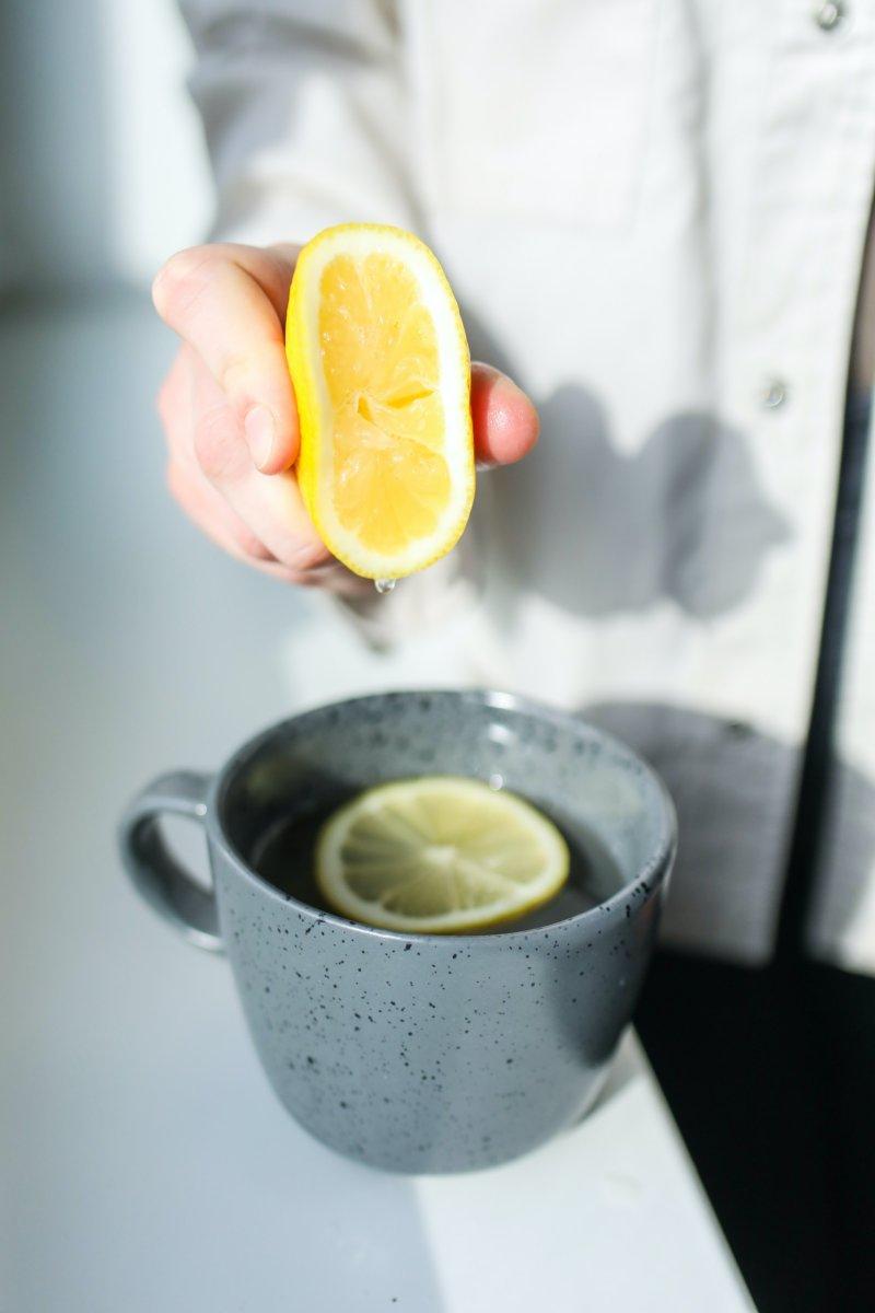 バーでカクテル頼んだとき、【グラスの縁のレモンやライム】どうしたらいい?